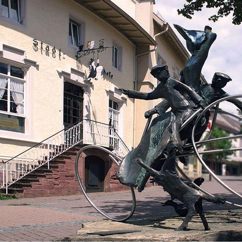 Historische Stadtapotheke mit Apothekenmuseum / 1. Tankstelle der Welt
